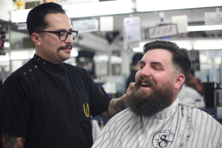 Barber%2C+Victor+Ba%C3%B1uelos%2C+cuts+Trent+Bruce%27s+hair.+Photo+credit%3A+Abraham+Navarro%2FSAC.Media.